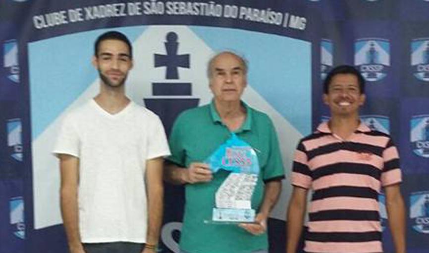 O mestre nacional Jair Domingues (ao centro) saiu vitorioso em mais um evento no Centro de Treinamento de Xadrez na Arena Olímpica, que leva seu nome