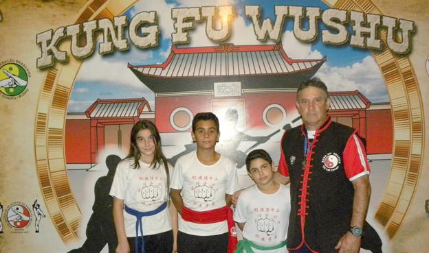 Iasmim Camila, Gabriel José, Yago Henrique e o mestre Márcio Zaqueu
