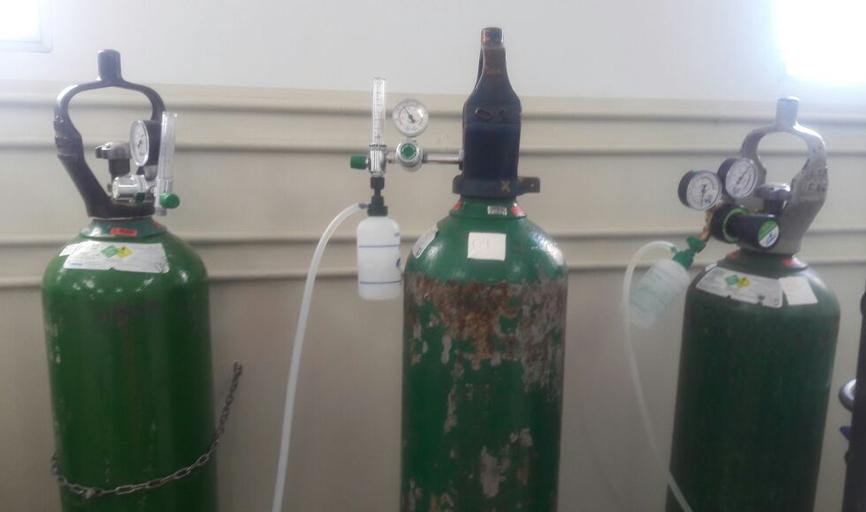 Além dos que estavam sendo utilizados por outros pacientes e mais 3 cilindros para utilização em ambulância também lacrados