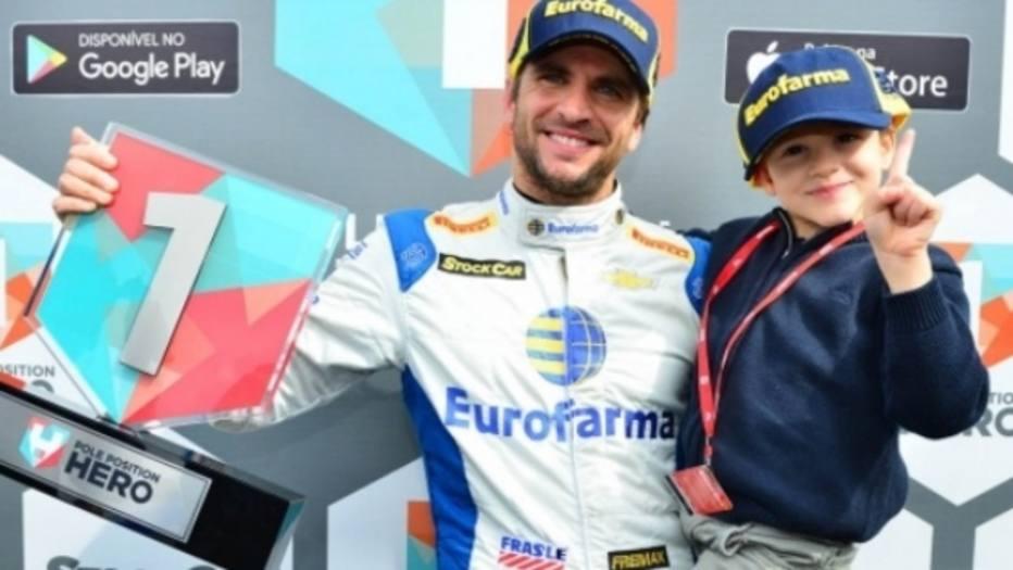 Daniel Serra comemora vitória na Corrida do Milhão, da Stock Car, com o filho no colo