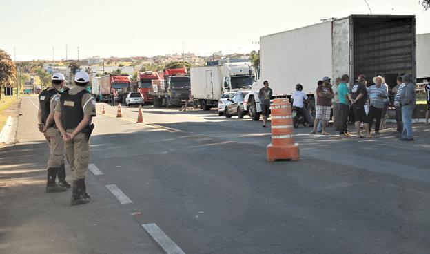 Paralisação foi decidida em assembleia que reuniu pelo menos 80 caminhoneiros