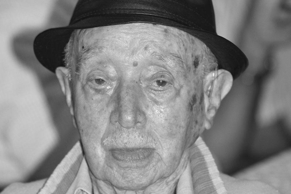 JOSÉ DE PAULA DUARTE  completa 94 anos nesta terça, dia 11.   Familiares e amigos o cumprimentam.