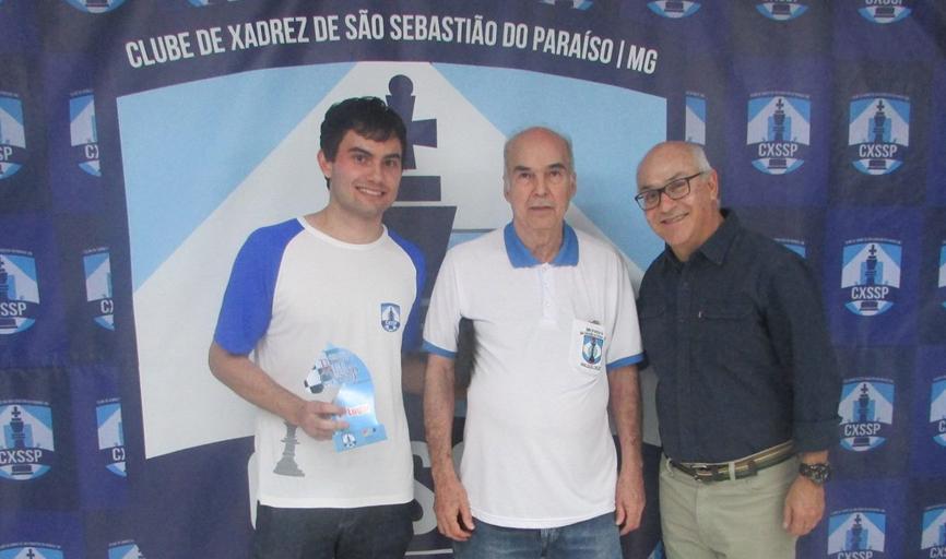 Evandro Amorim Barbosa (presidente do CXSSP), Jair Vicente Domingues (homenageado) e Tomás Salviano Martins (secretário municipal de esportes)