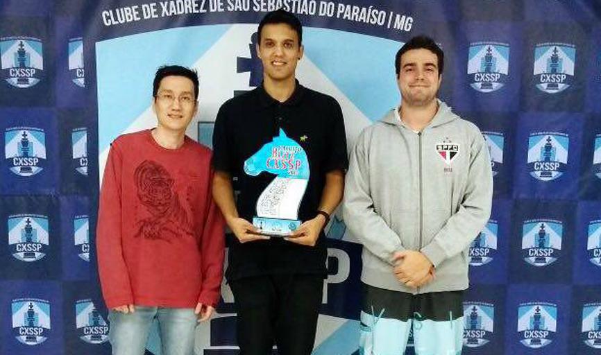 Dwlyan Santos (ao centro) venceu  mais uma etapa do Circuito Blitz do Clube  de Xadrez de São Sebastião do Paraíso