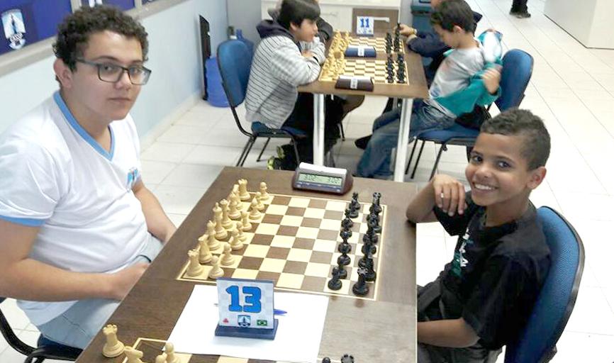 Ian Pedro Silva Santos (à esquerda) é um dos representantes da nova  geração do xadrez paraisense