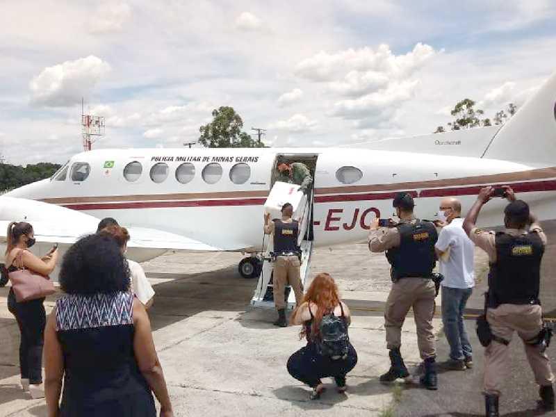 Pouco depois das 14 horas de terça-feira, aeronave desceu no aeroporto de Passos trazendo as primeiras doses da vacina para a região
