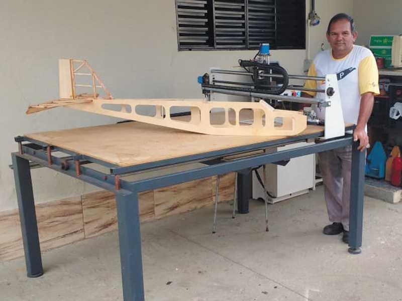 O criativo mecânico industrial Francisco, ao lado de suas  criações a máquina Router, um aeromodelo em fabricação que voa atravéz de Rádio Controle Transmissor