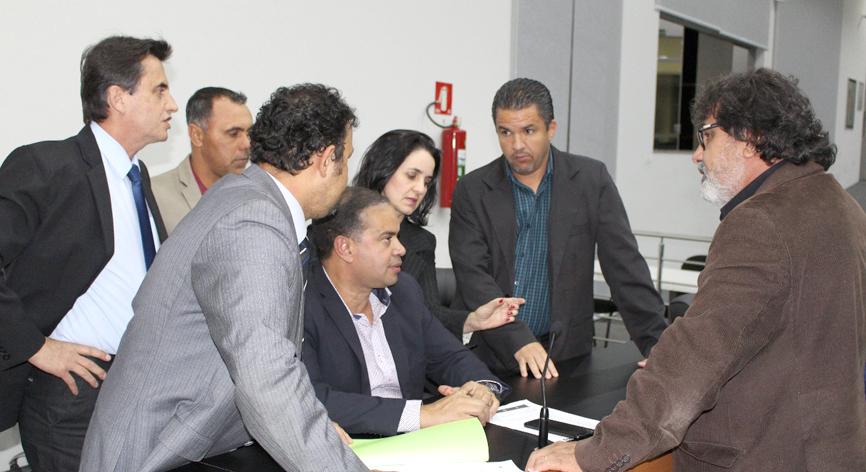 Vereadores discutem com a Comissão de Justiça, Finanças e Legislação proposta de emenda ao projeto