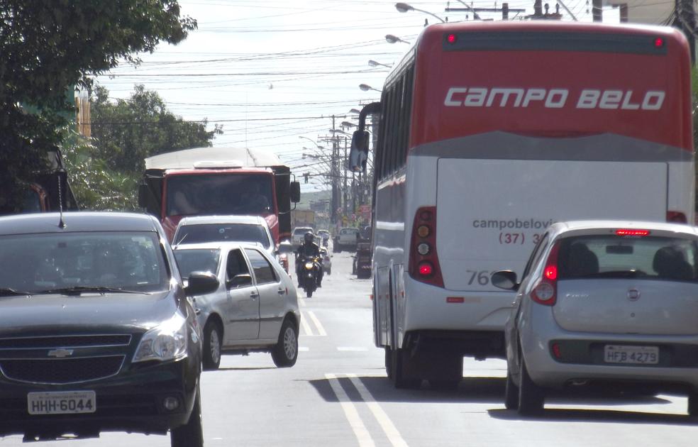 Avenida Oliveira Resende possui dois trechos críticos que provocam engarrafamento no horário de pico