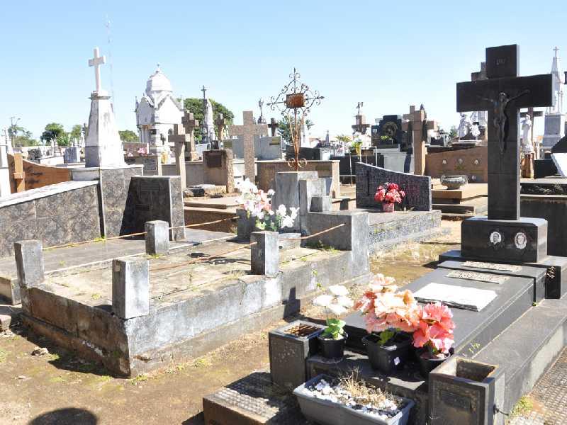 Trabalhos para limpeza e manutenção de túmulos vem sendo registrada desde a semana passada e termina na sexta-feira