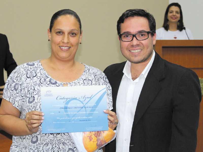 O doador Crismarcos Cruvinel Queiroz,  representado pela esposa Pauliane, foi homenagem por já ter realizado 10 doações pela comunidade