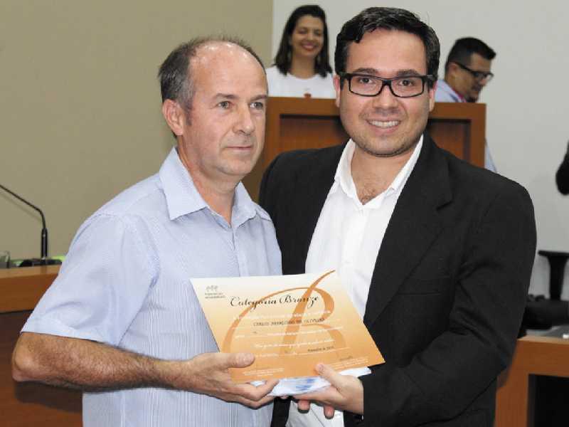 O doador Carlos Aparecido de Oliveira recebeu certificado por também ter realizado 15 doações pela comunidade