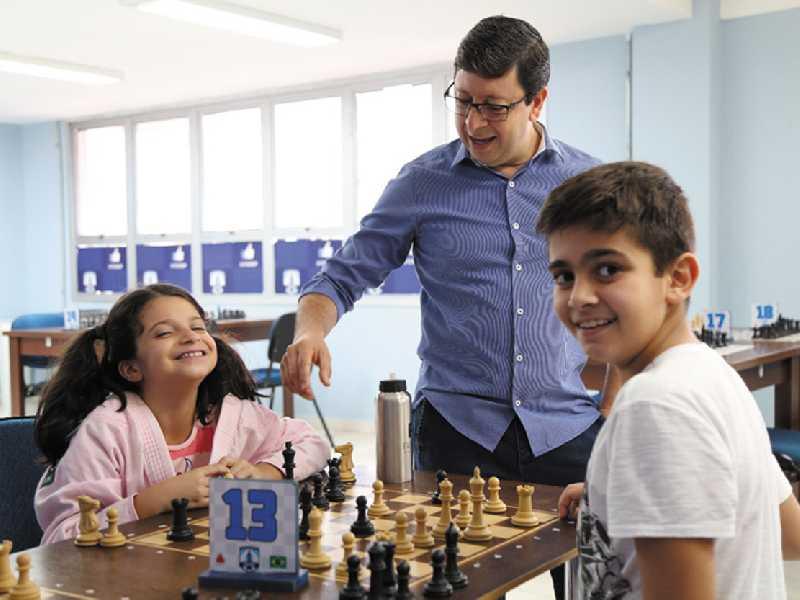 Prefeito Walker Américo acompanhando partida do Projeto de Xadrez