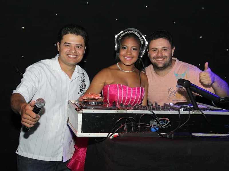 DJ André com Carlos e aniversariante Érica