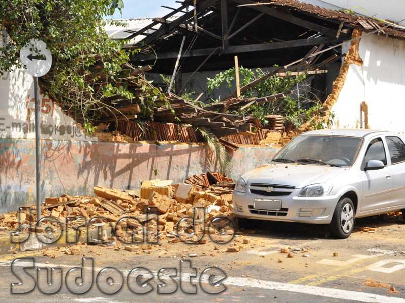 Após a queda de parte da parede Defesa Civil fez a interdição parcial do imóvel localizado na região da Lagoinha