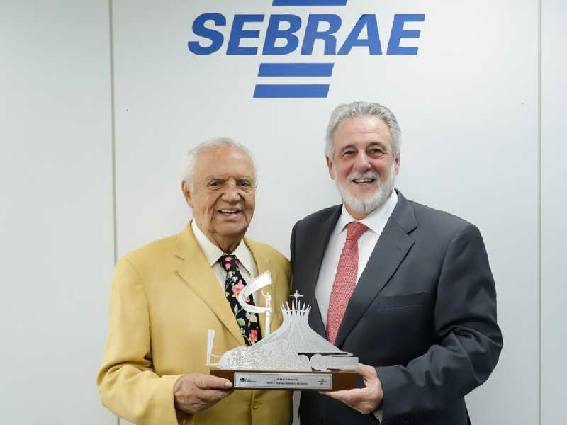 Gilberto Amaral e o presidente do Sebrae, Carlos Melles, homenageou este colunista, entregando o prêmio Sebrae - Prefeito Empreendedor
