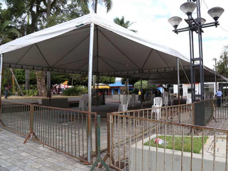 Há um mês foram colocadas tendas e cadeiras para abrigar recebedores do auxílio emergencial no centro de Paraíso