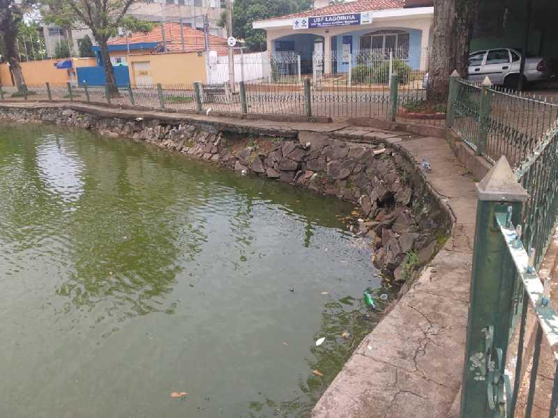 Pedras que reforçam as paredes do lago do Parque da Lagoinha estão se soltando, podendo acontecer desmoronamento a qualquer momento