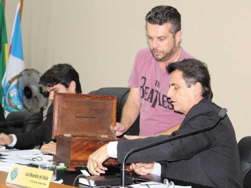 Vereadores fazem sorteio de comissão responsável por apurar denúncia