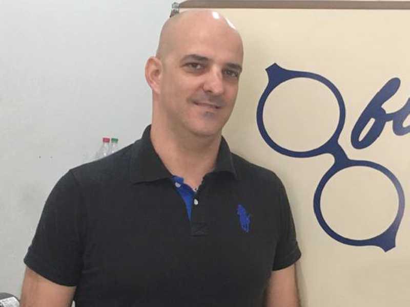Pedro é proprietário da Oficina dos Óculos e árbitro de vôlei