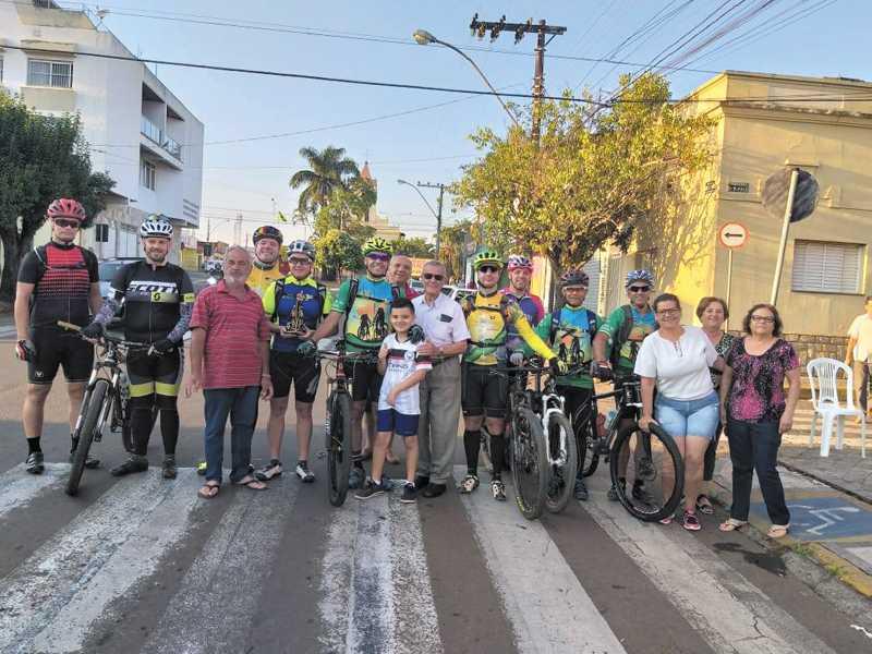 Ciclistas deixam a cidade com destino ao Santuário em Aparecida