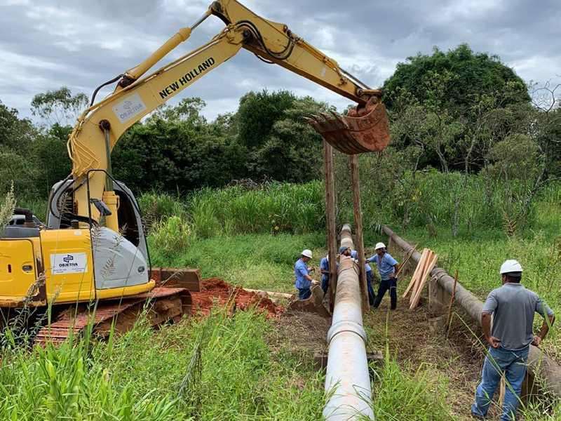 Máquinas e trabalhadores foram utilizados para o restabelecimento do fornecimento de água que foi prejudicado devido ao rompimento de adutoras