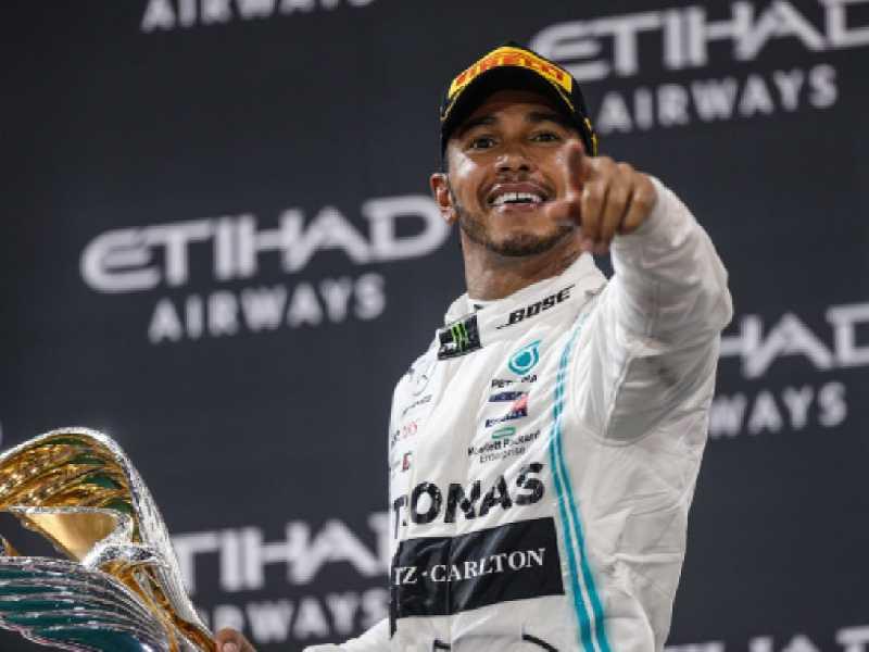 Lewis Hamilton fez barba, cabelo e bigode, em  Abu Dhabi, e virou especulação na Ferrari