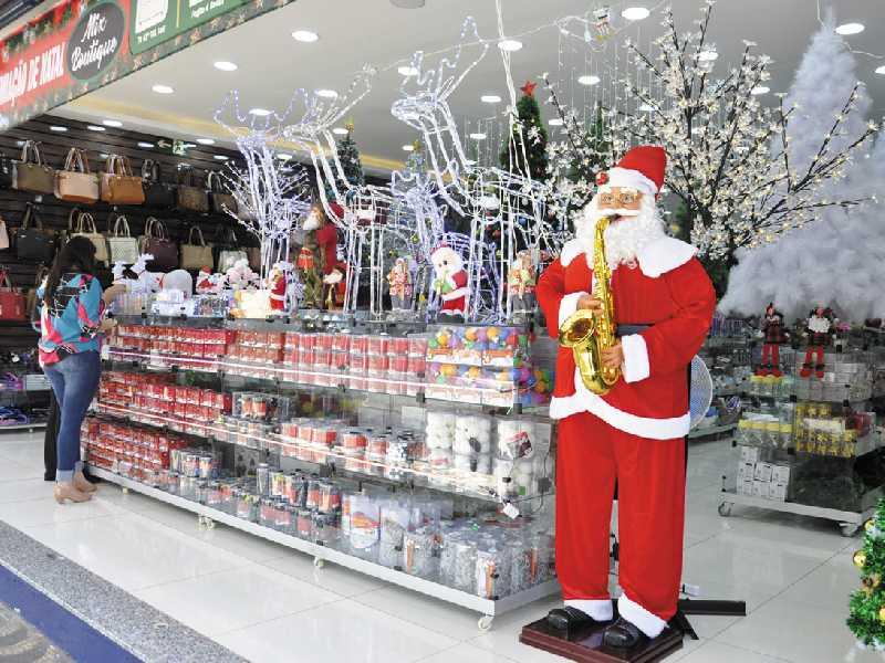 Lojas na região central da cidade já apresentam vitrines com enfeites natalinos