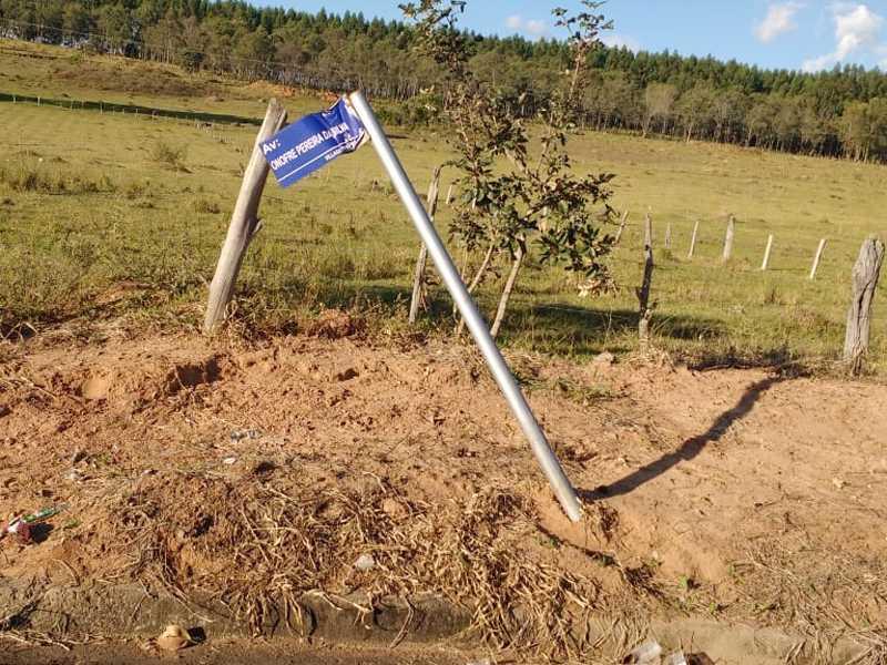 Vejam o que os vândalos aprontaram com este poste e  placa de denominação de uma Avenida no Village Paraíso