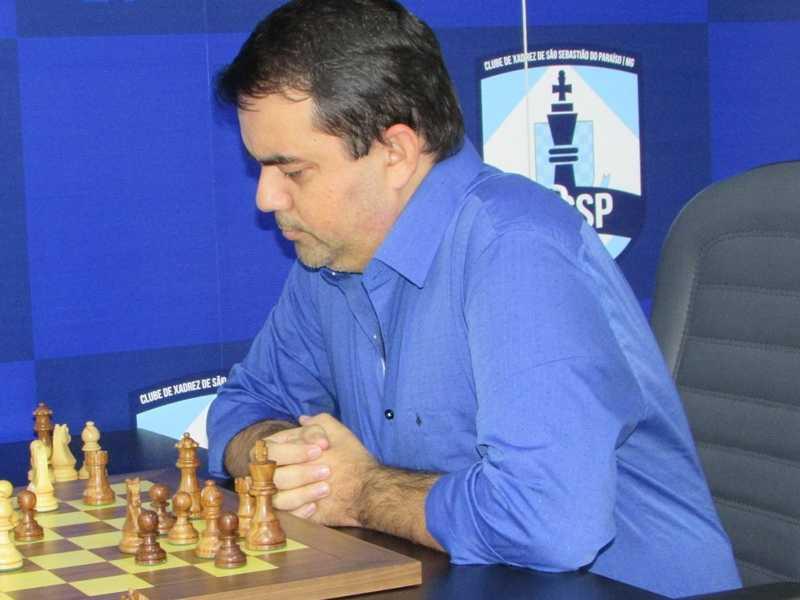 Gérson Peres é professor de xadrez e está prestes a completar 15 mil alunos atendidos