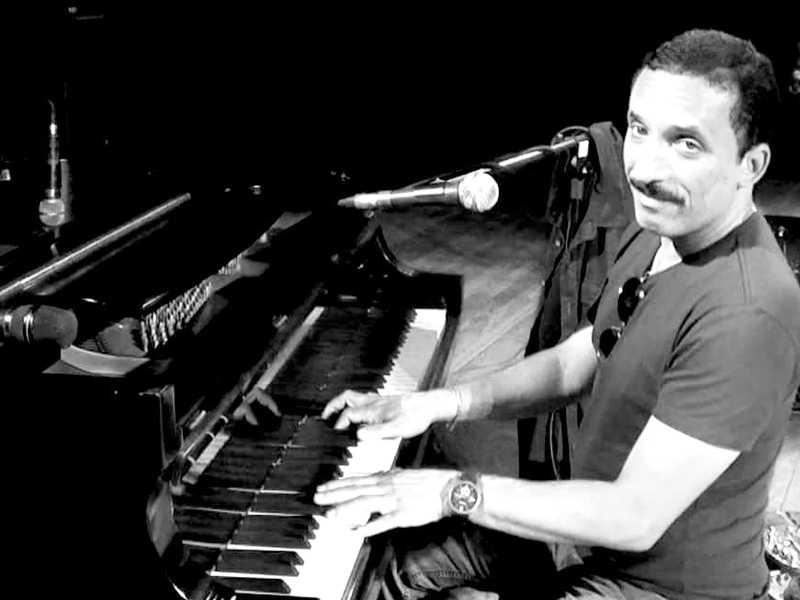Antônio é vocalista da banda cover do Queen e faz shows pelo Brasil todo