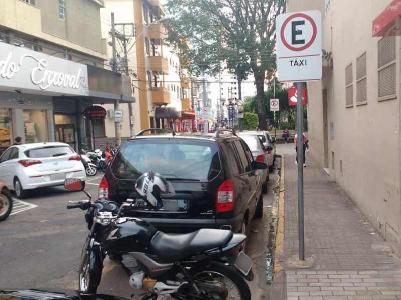 Veículos estacionados irregularmente em Ponto de Táxi na área Central de Paraíso