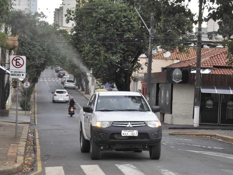 Veículos fumacê estão sendo empregados na cidade com intuito de evitar avanço de doenças causadas pelo Aedes aegypti