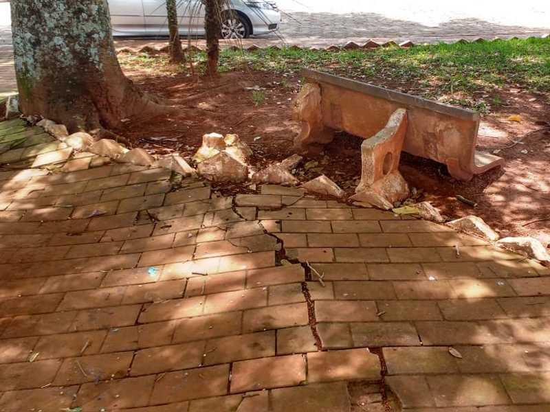 Praça da Bíblia está suja , calçamento danificado e bancos quebrados