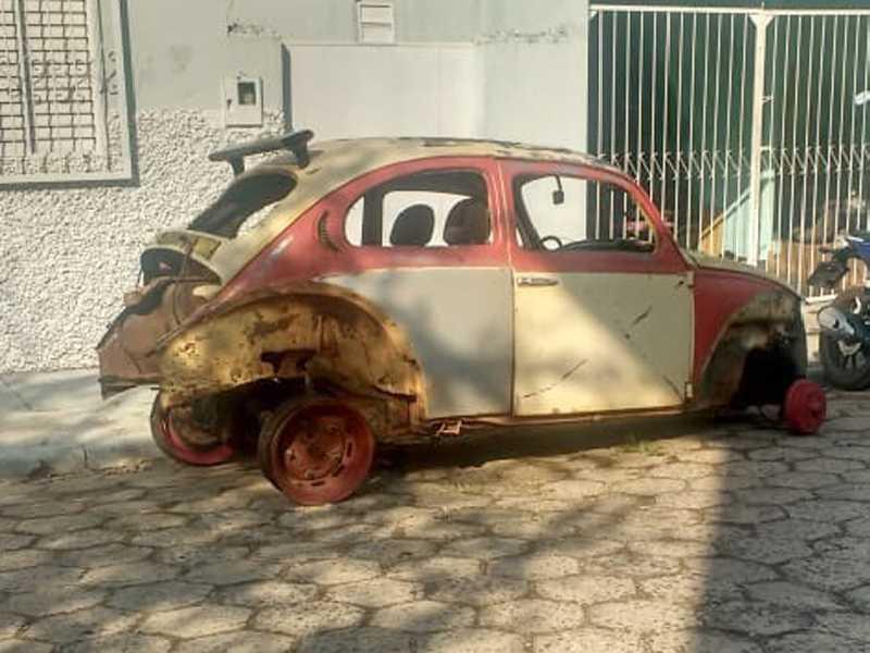 Desmanche e depósito de carcaças de carros velhos dentro do leito da Rua 7 de Setembro, na  Vila Mariana, denunciam moradores das imediações