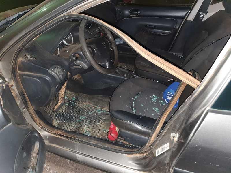 Um dos indivíduos fazia ligação direta no carro no momento que a polícia chegou