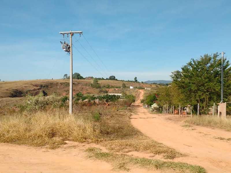 Há mais de 12 anos sem energia elétrica , o único poste de cimento que ajudava a levar energia elétrica aos moradores do Recanto Feliz foi retirado pela Cemig