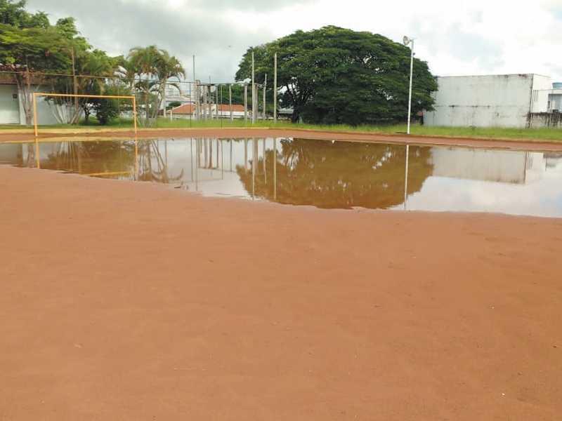 Acúmulo de água de chuva dentro do campo de terra da Praça  de Esportes Mons. Mancini , está dificultando os usuários
