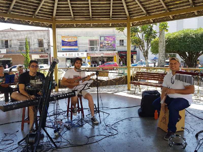 Professores Dorival Machado  e Cícero Rodarte Mião agitam a  Praça com apresentação musical