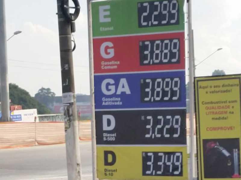 Consumidor Paraisense aproveitou a viagem e abasteceu seu carro flex , pagando R$3,88.9 no litro da Gasolina , no Posto Stratus  em Guarulhos-SP