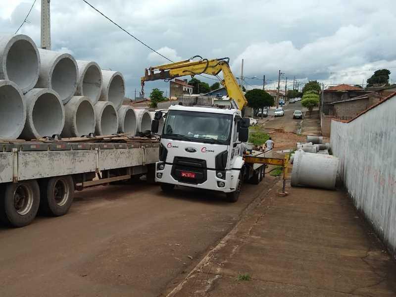 Caminhão Guincho retirando tubulões que irão canalizar águas pluviais em ruas dos Bairros Rubens Rocha, Acapulco e Mediterraneè
