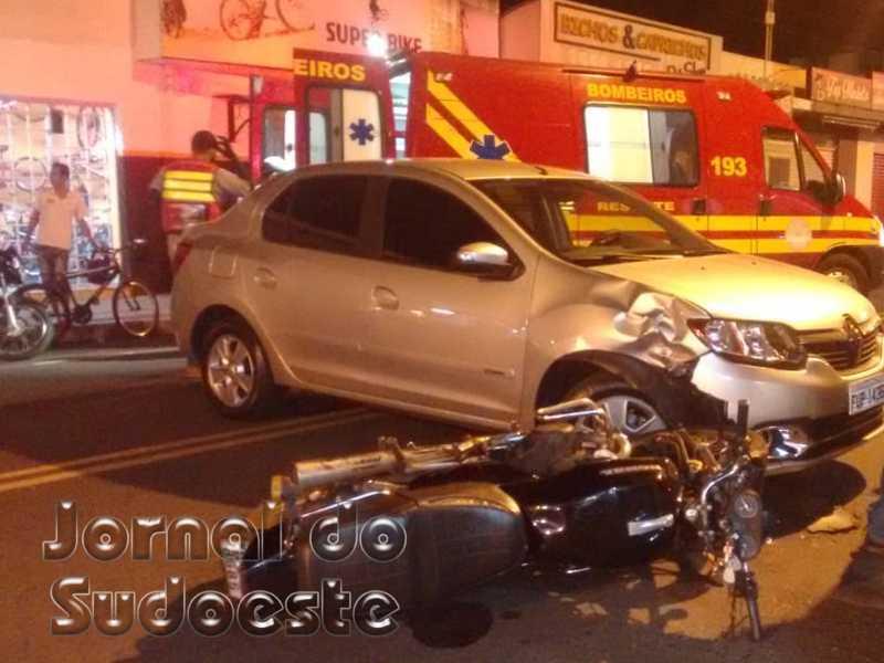 Veículo Renault fazia manobra de conversão na avenida, quando houve o choque com a motocicleta
