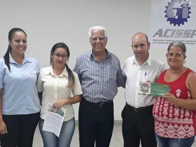 A Equipe do Superatacado Tonin, o Presidente da ACISSP,  Dr. Ailton Sillos e a ganhadora do vale compras de R$ 2 mil reais Solange Aparecida Matos