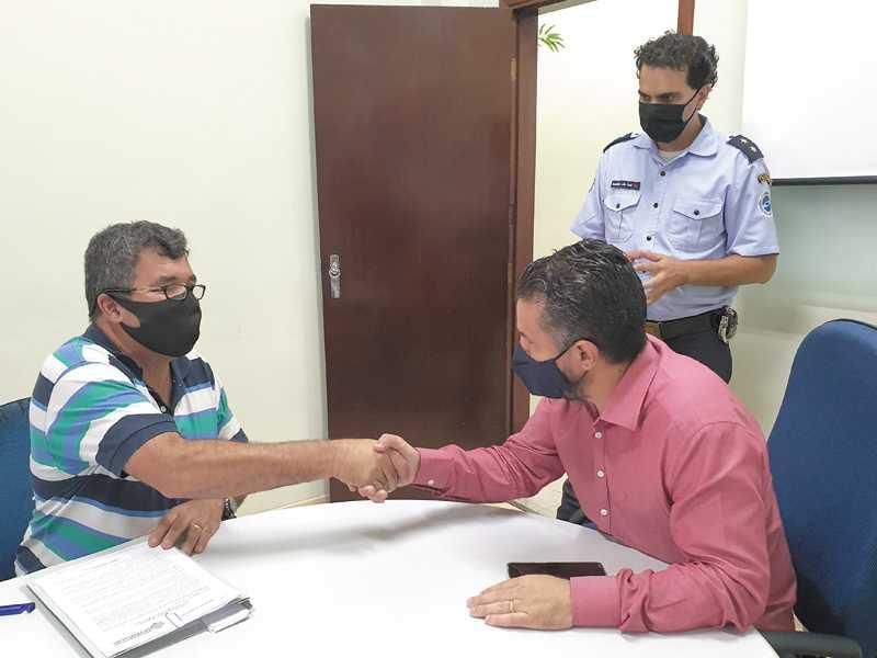 O empresário José Malta Fernandes, prefeito Marcelo Morais observado pelo secretário de Segurança, João Paulo Bueno