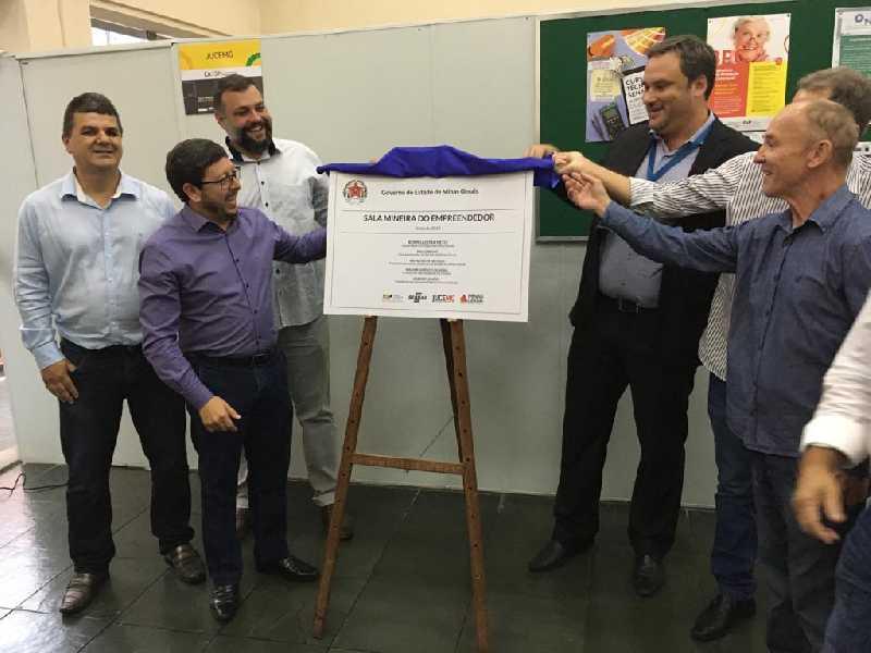 Prefeito Walkinho, Leonardo e prefeitos da região  descerram  placa da Sala Mineira do Empreendedor