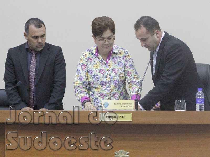 Câmara deu posse à vice-prefeita, Dilma Oliveira como chefe do Executivo