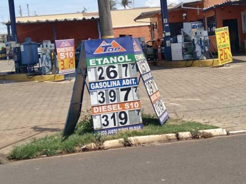 O litro da gasolina em Paraíso chega a custar R$ 4,999, o etanol  R$ 3,499 e o diesel R$ 3.899, vejam e compare os preços dos  mesmos produtos vendidos no vizinho estado de São Paulo