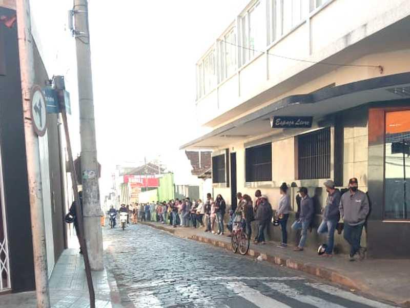 Funcionária da Caixa organizou a fila para evitar aglomeração e também verificando a necessidade de cada pessoa, para agilizar o serviço de atendimento