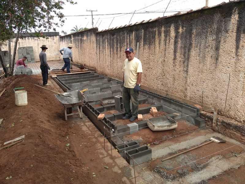 Construção dos Ossuários Perpétuos vão receber ossadas de pessoas sepultadas no Cemitério Ecológico Memorial da Saudade. Na foto o pedreiro e coveiro, Benedito Rustiguelli