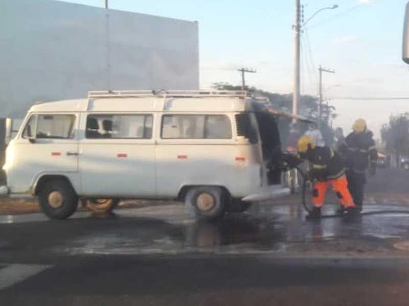 Veículo Kombi ficou parcialmente destruído após incendiar-se na saída do posto de combustível